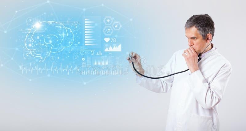 Невропатолог показывая результат теста стоковое изображение rf