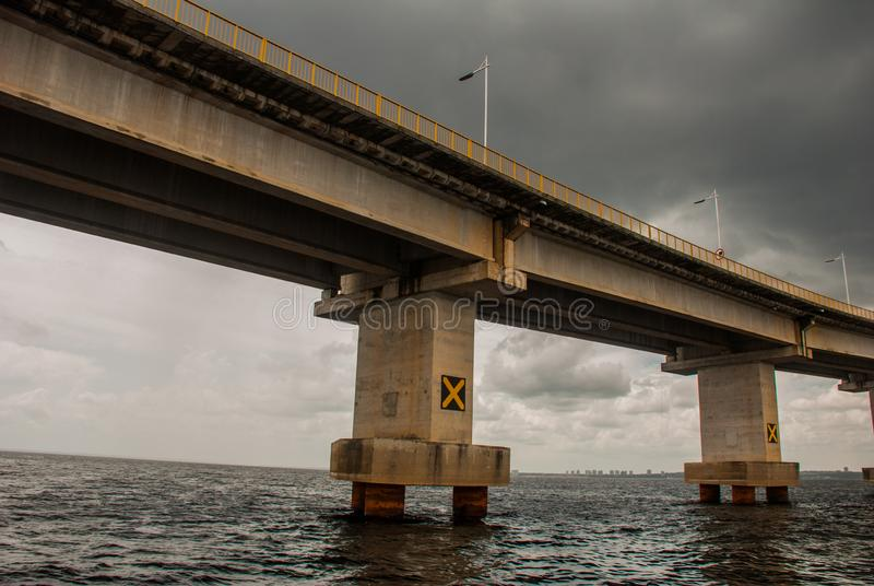 Негр Ponte Рио в Бразилии Мост Манаус Iranduba мост над негром Рио который соединяет города Манаус и Iranduba стоковые фотографии rf