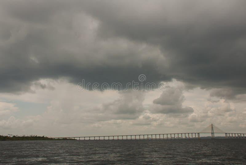 Негр Ponte Рио в Бразилии Мост Манаус Iranduba мост над негром Рио который соединяет города Манаус и Iranduba стоковое фото rf
