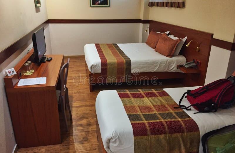 Недавно занятый гостиничный номер, составленные кровати стоковая фотография