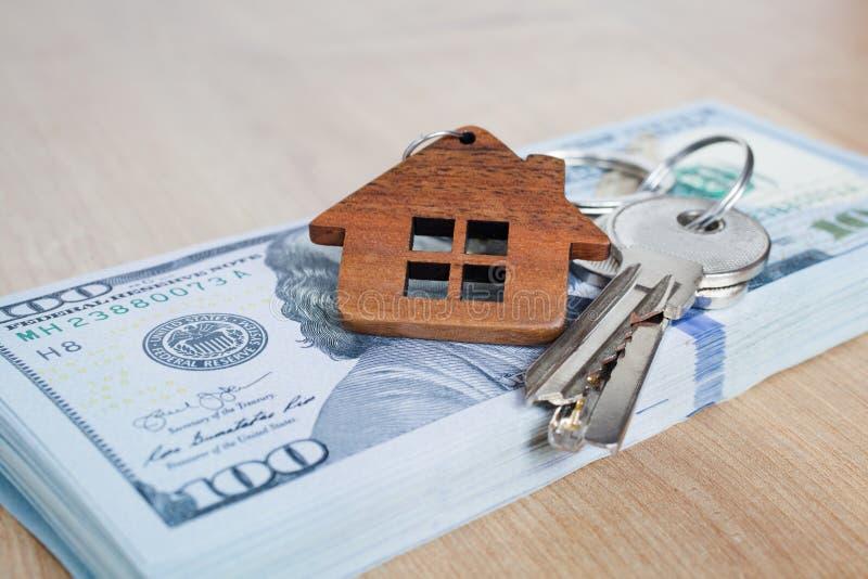 Недвижимость инвестируя концепцию Американские доллар, наличные деньги или снабжение жилищем Конец-вверх ключей стоковые фото