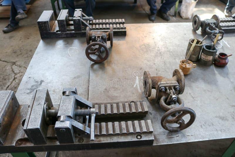 Недостаток большого металла тяжелый промышленный с механизмом винта и ручками, штуцерами трубопровода, защелками, чонсервными бан стоковое изображение rf