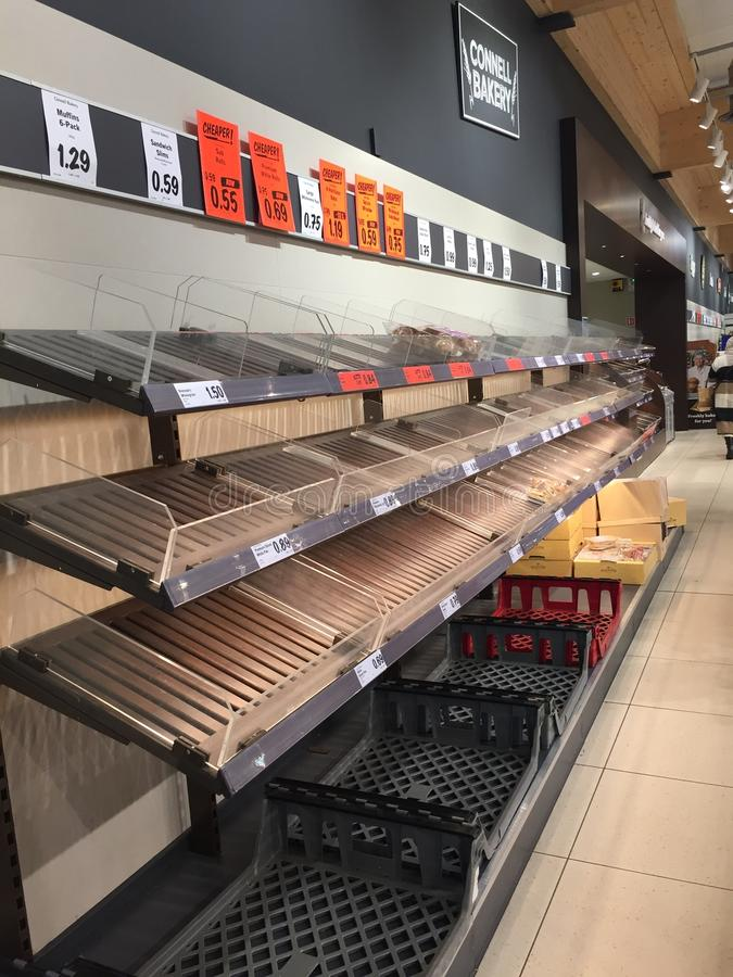 Недостаток еды на супермаркете Lidl день прежде штормом Эммой также известным как зверь от востока ударил Ирландию стоковое изображение rf