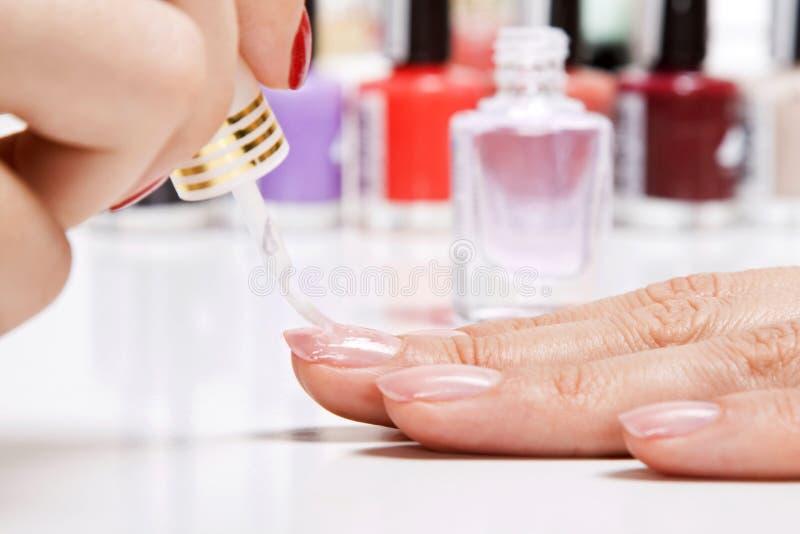 Нежная внимательность ногтей в салоне красотки стоковое изображение rf
