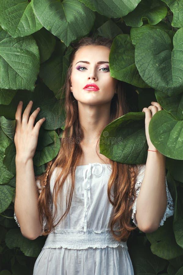 Нежная женщина среди природы стоковые изображения