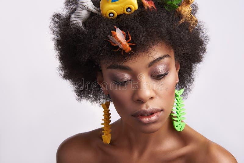 Нежная молодая этническая дама со стилем причесок животных стоковые фотографии rf
