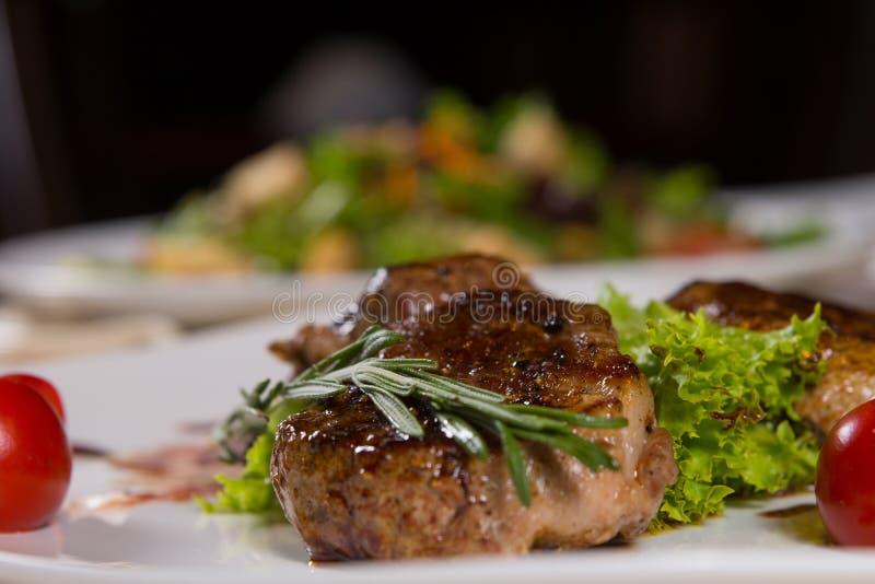 Нежное сочное зажаренное мясо с овощами стоковая фотография