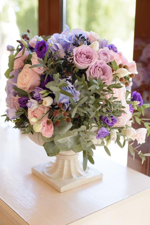 Нежное украшение свадьбы с фиолетом, синью, розовыми цветками и растительностью стоковая фотография