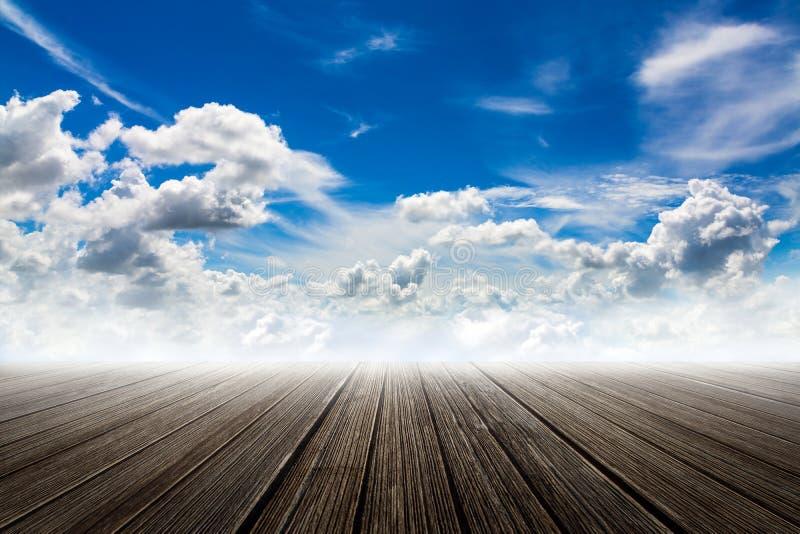 Нежность сфокусировала изображение концепции с деревянным полом с голубым небом и c стоковые фото