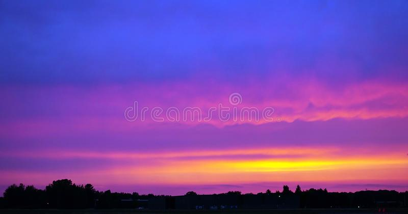 Нежно голубой & розовый заход солнца над авиаполем стоковая фотография
