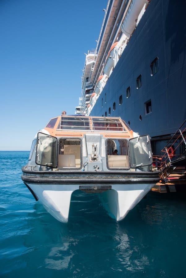 Нежные шлюпка и туристическое судно стоковые изображения