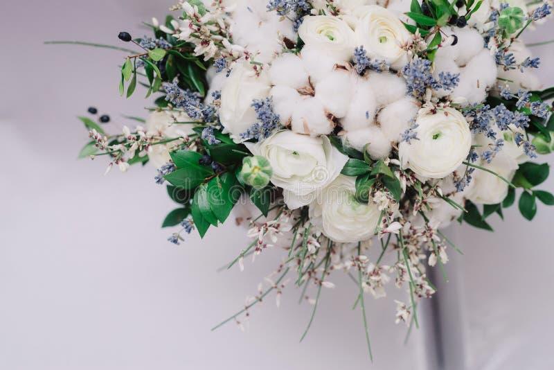 Нежный букет свадьбы роз, лютика, лаванды и хлопка, крупного плана стоковая фотография rf
