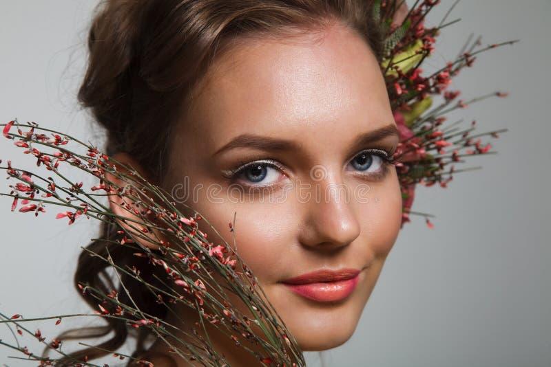Нежный портрет красоты невесты с венком роз в волосах стоковая фотография