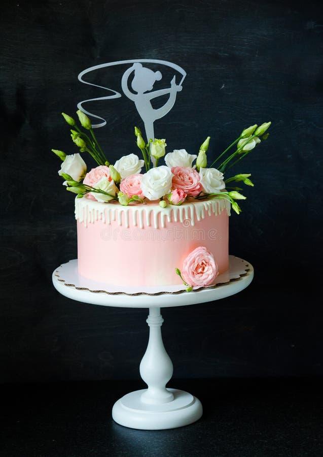 Нежный розовый cream торт с eustoma и девушкой танцев стоковые фотографии rf