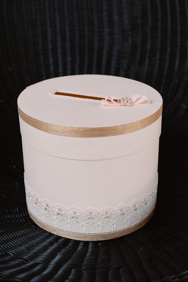 Нежный свет - розовое украшение коробки свадьбы с смычк-узлом стоковое изображение
