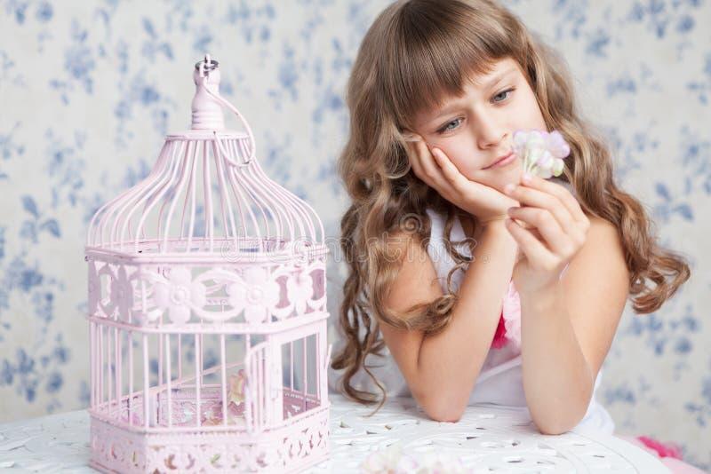 Нежый мечтательный романтичный девушки birdcage ближайше открытый стоковые изображения rf