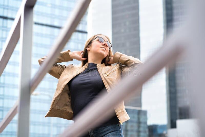 Независимая, уверенно и мощная женщина в городе стоковая фотография