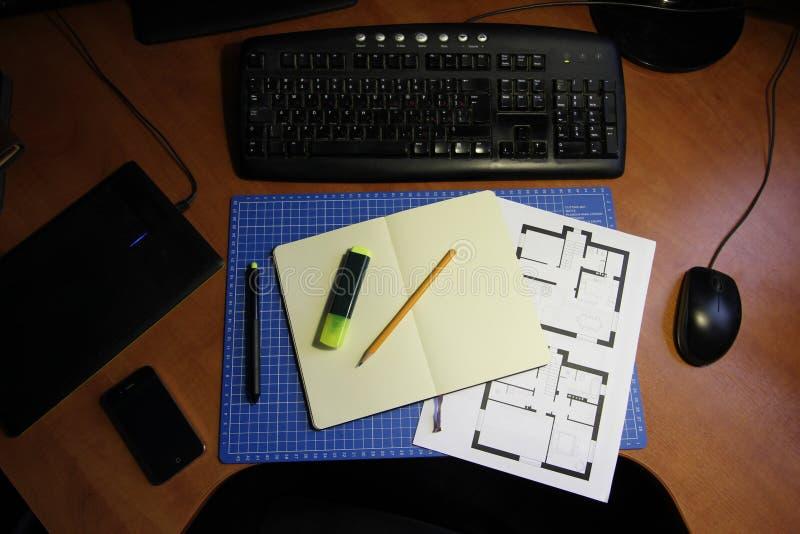 Независимое место для работы дизайнера или архитектора домашнее стоковые фото