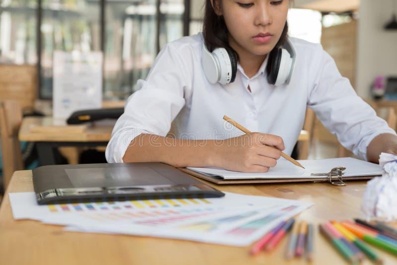 независимый чертеж график-дизайнера на белой бумаге с цифровым t стоковое фото