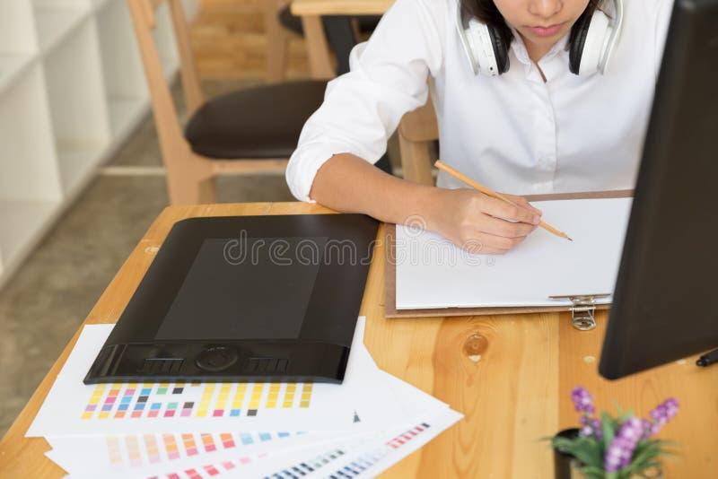 независимый чертеж график-дизайнера на белой бумаге с цифровым t стоковая фотография