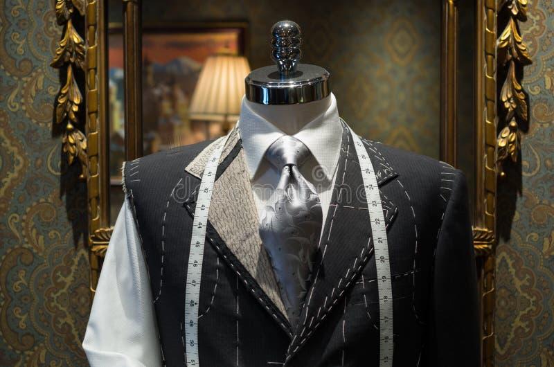 Незаконченная куртка на магазине портноя стоковое фото