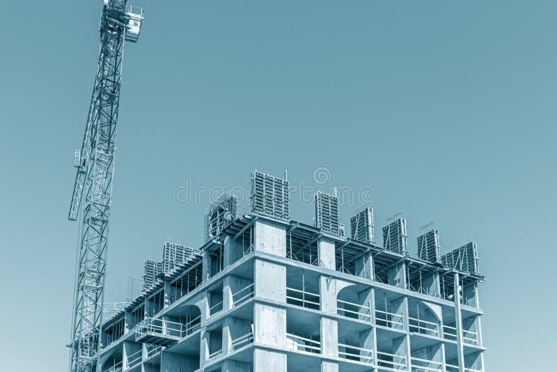Незаконченное здание с falsework против предпосылки голубого неба стоковое фото