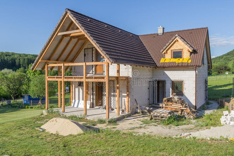 Незаконченный дом семьи под конструкцией стоковые изображения rf
