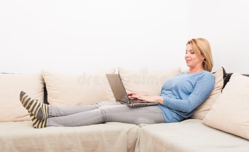 Незамужняя женщина беседуя онлайн концепция стоковые фотографии rf