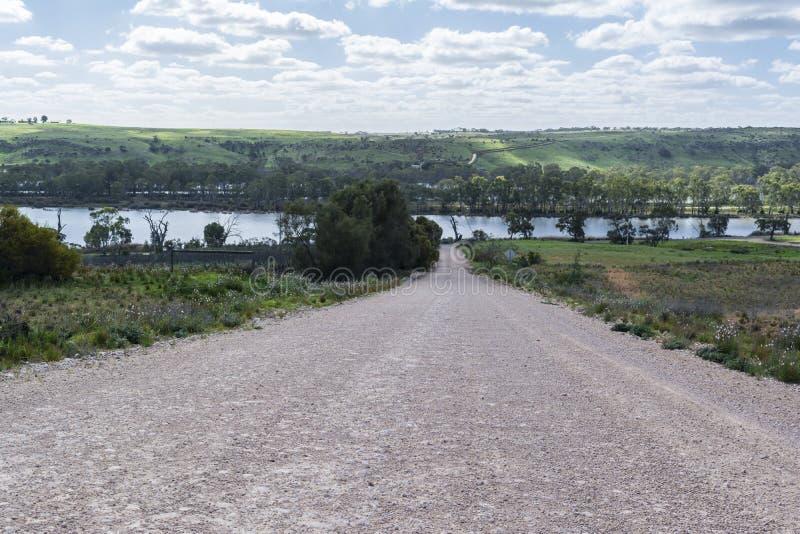 Незапечатанная дорога водя к Реке Murray, супруг детенышей, юг стоковое изображение rf