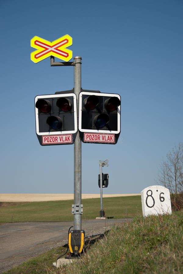 Незащищенный железнодорожный переезд Железнодорожное сигнализируя оборудование на скрещивании поезда, чехия Железнодорожная инфра стоковое изображение rf