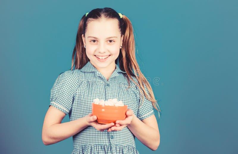 Нездоровое питание Диета и калория Концепция сладкого зуба Здоровое питание и стоматологическая помощь счастливый малыш любит сла стоковая фотография