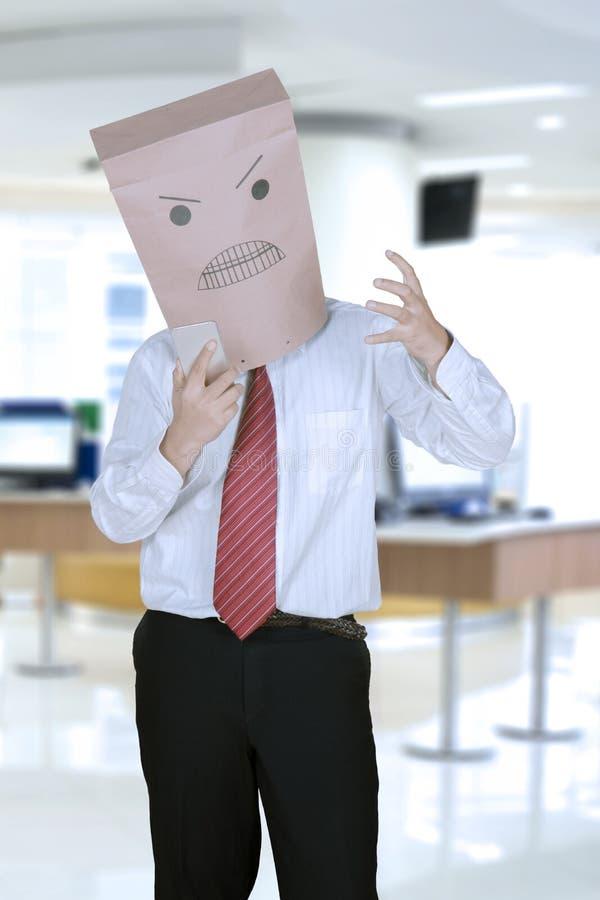 Неизвестный мужской менеджер кричащий на телефоне стоковые фотографии rf