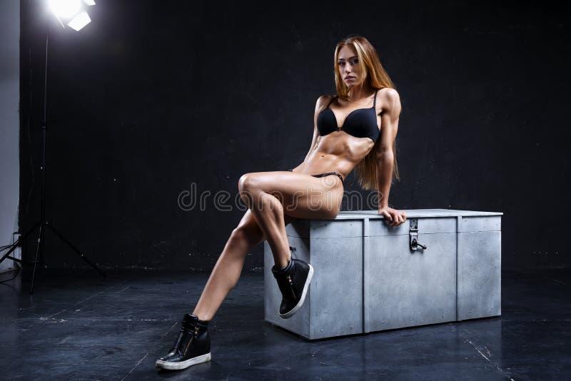 Неимоверная модель фитнеса на темной предпосылке стоковое фото