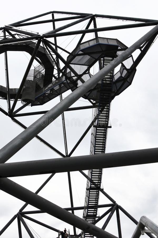 Неимоверная стальная структура тетратоэдра в Bottrop, Германии принятой снизу против белого неба Не традиционный взгляд стоковые фото