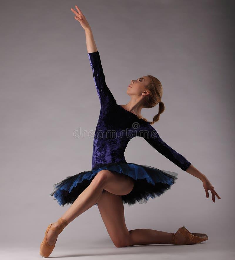 Неимоверно красивая балерина в голубом обмундировании представляя искусство классического балета стоковые фотографии rf