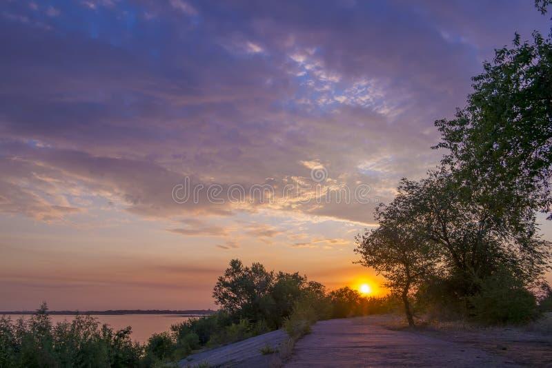 Неимоверно красивый восход солнца на реке стоковые фото