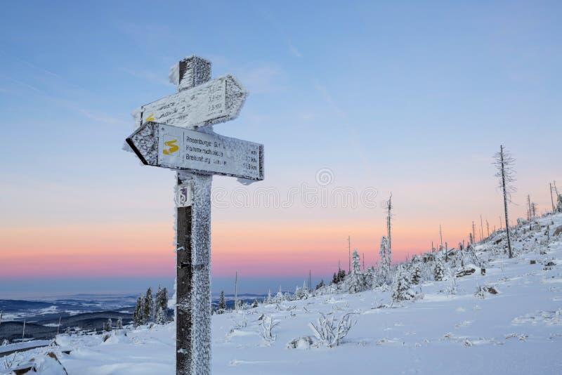 Неимоверный красочный восход солнца над Альпами, всход от холмов Sumava Астрономическое явление - пояс Венеры стоковые фотографии rf