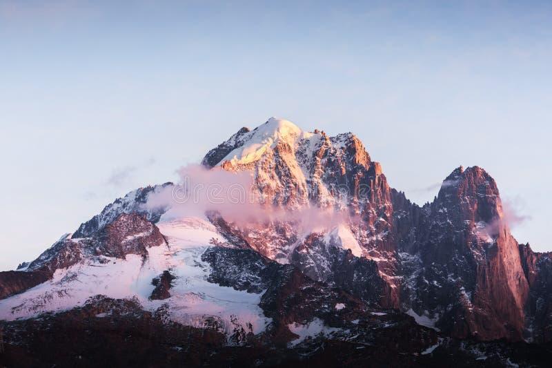 Неимоверный красочный заход солнца на пике Aiguille Verte во французских Альп стоковое фото