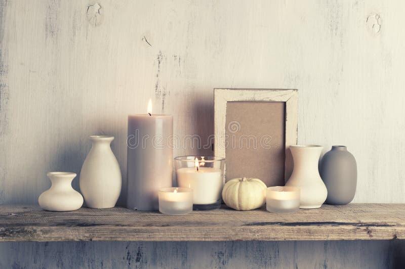 Нейтральные покрашенные вазы и свечи как домашнее оформление стоковые изображения rf