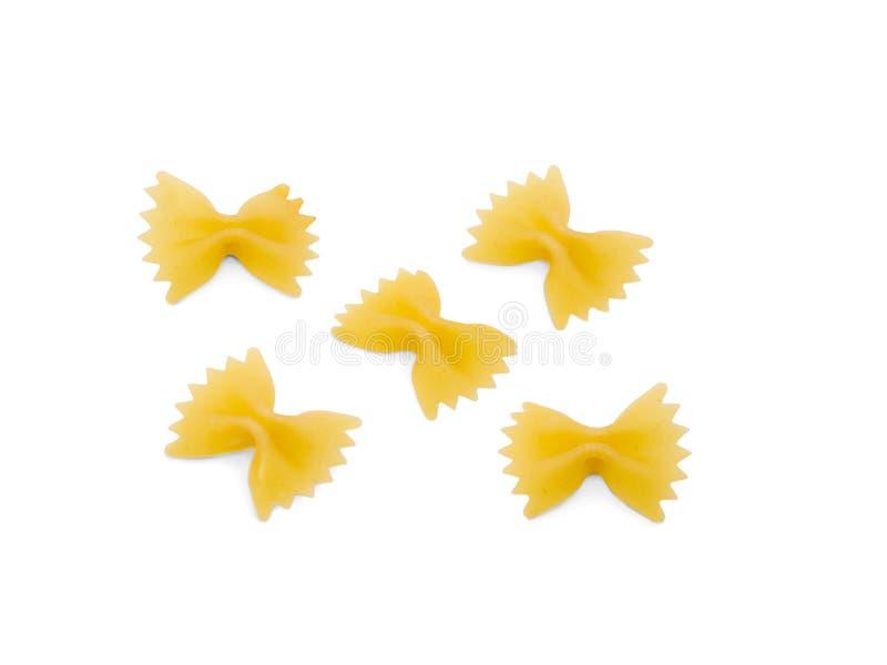 Некоторая сырцовая макарон в формах смычков Изолировано на белизне стоковое фото rf