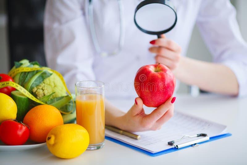 Некоторое приносить как яблоки, кивиы, лимоны и ягоды на Nutriti стоковые изображения