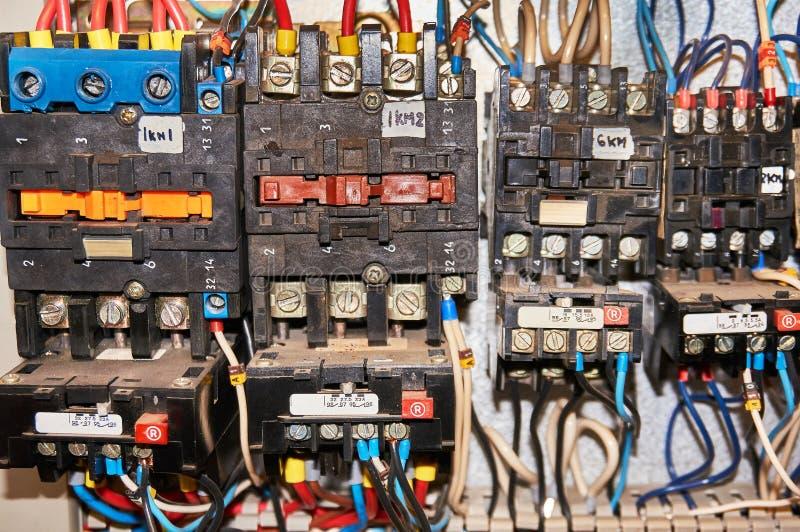 Некоторое электрическое реле установлено на панели установки Реле введенные в основание или гнездо К реле, провода соединенные с стоковые фото
