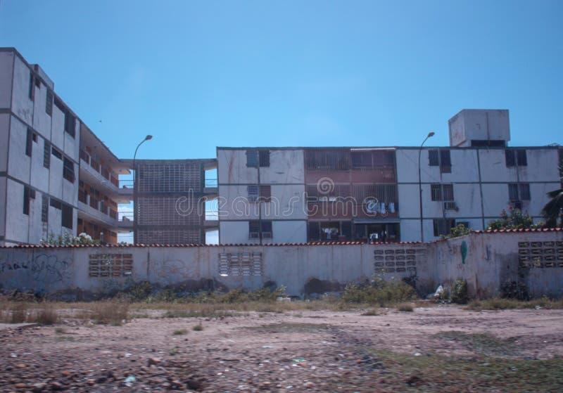 Некоторое gargabe перед жилым домом в городе Cuman стоковое изображение rf