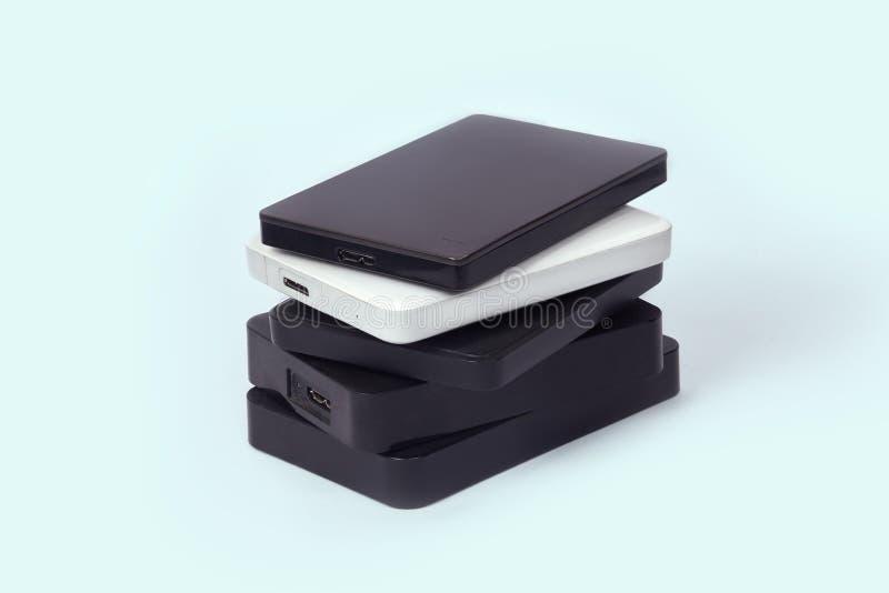 Некоторые внешние жесткие диски для накапливать данные, подпорок и информации о безопасности стоковые изображения rf