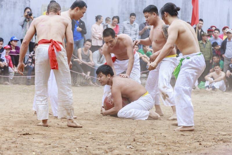 Некоторые молодые человеки играют с деревянным шариком в Новом Годе фестиваля лунном на Ханое, Вьетнаме 27-ого января 2016 стоковое фото rf