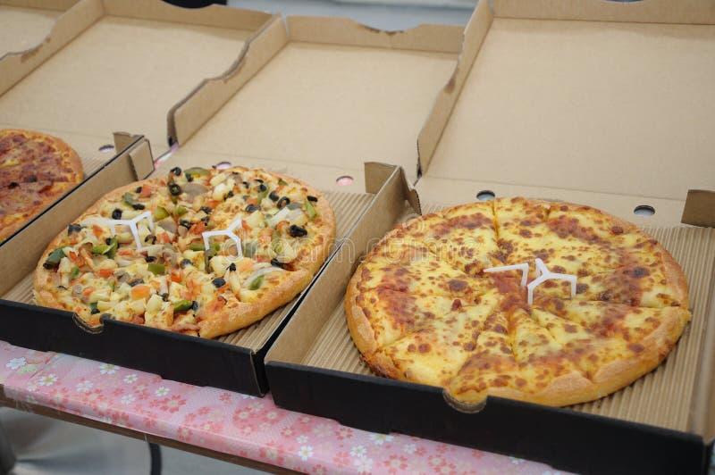 Некоторые пиццы в коробках готовых для служения стоковые изображения