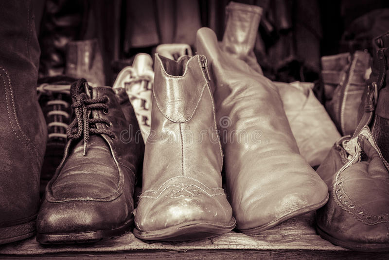 Некоторые старые ботинки на блошинном стоковое изображение