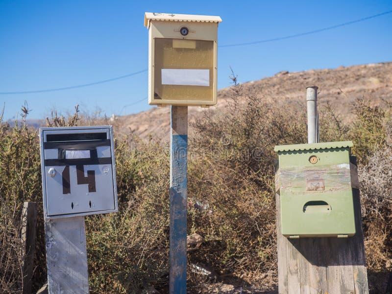 Некоторые старые различные коробки письма в сельской местности стоковые фотографии rf