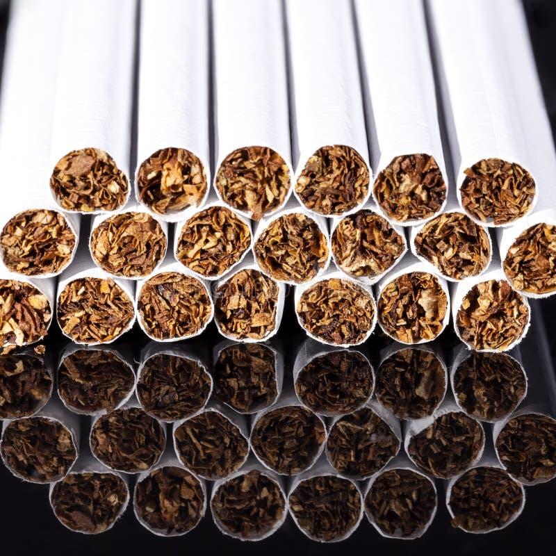Некоторые тонкие сигареты на черном конце предпосылки вверх стоковое изображение rf