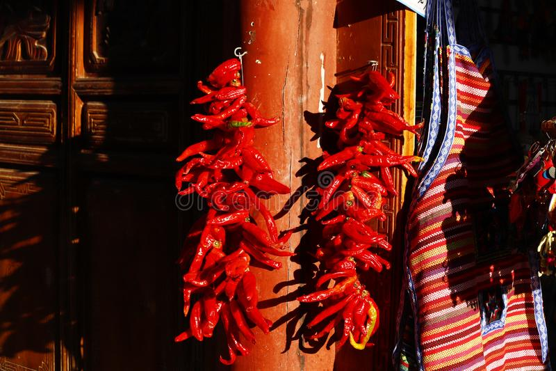 Некоторые чили для продажи на рынке деревни около древнего города Lijiang, Юньнань, Китая стоковое изображение rf